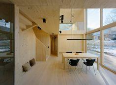 """""""Doppelwohnhaus in Sistrans von Maaars Architektur: Die unbehandelten Holzoberflächen im Innenraum unterstützen die behagliche Atmosphäre des Passivhauses."""""""