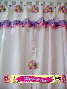 cortina para quarto com aplicação de flores em fuxico e babadinhos acompanha um móbile feita em tecido de ótima qualidade pode ser feita em outras cores e tamanhos