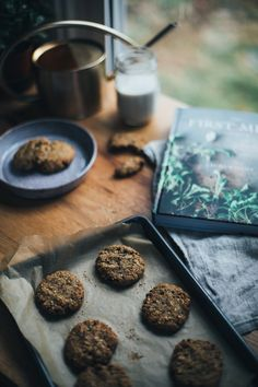 Get the recipe for these one-bowl, 30 minute healthy breakfast oatmeal cookies made with banana, flax and almond butter! Refined sugar free.
