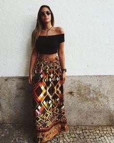 10 Ideias de combinações com saia longa que você pode apostar no verão. Top cropped preto com decote ombro a ombro, saia longa estampada