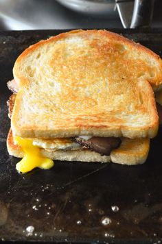Bacon and Egg Grilled Cheese Breakfast Sandwich Breakfast Sandwich Recipes, Bacon Breakfast, Breakfast For Dinner, Breakfast Dishes, Breakfast Ideas, Brunch Ideas, Egg And Cheese Sandwich, Soup And Sandwich, Bacon Sandwich