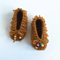 New Crochet Baby Boy Sweater Life Ideas Crochet Baby Booties, Crochet Shoes, Crochet Slippers, Crochet For Kids, Free Crochet, Preemie Crochet, Newborn Crochet, Irish Crochet, Double Crochet