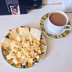 Bom, bom, bom dia! ✨✨ ⠀⠀ Café da manhã do jeito que a gente gosta: queijo coalho, farofa de ovo e cafezito com leite ☕️🍳💛 Como a academia é fechada dia de hoje, vou fazer uns exercícios em casa e pular corda 🤘🏻⚡️⠀⠀ Um ótimo domingo para vocês! 😘🙏🏼 #projetovidainteira #quantomaisnaturalmelhor #mudançadevida #atitudedeboaforma #estilodevidasaudavel #foconameta #treinoedieta #comidadeverdade #helthylifestyle #umdiariofitness #fit4life  #healthyfood #fitfood #eatclean #secabarriga…