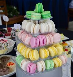 Piramida de macarons Macarons, Catering, Deserts, Candy, Bar, Food, Sweet, Toffee, Sweets
