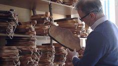 In den Hügeln Norditaliens hat die Handarbeit mit wild gewachsenem Holz eine jahrhundertealte Tradition. Individuell aufbereitet, fein geschliffen und zuletzt mit biologischem Pflanzenöl veredelt, verdienen sich die massiven Schneidebretter nicht nur als besonders widerstandsfähige Küchengehilfen.