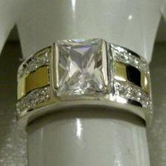 Anel em prata 950 com zirconias e dois apliques de ouro. Medidas da parte de cima: 21x11 mm. Peso medio: 8 g.