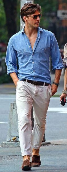 Comprar ropa de este look: https://lookastic.es/moda-hombre/looks/camisa-de-manga-larga-celeste-pantalon-chino-blanco-mocasin-marron-correa-marron-oscuro/1812 — Pantalón Chino Blanco — Mocasín de Ante Marrón — Correa de Cuero Marrón Oscuro — Camisa de Manga Larga de Cambray Celeste