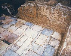 Paviment romà    Dins el recinte emmurallat del mont Tàber i a prop de la Porta Principalis Dextra s'alçava una gran domus a la qual pertany aquest paviment, d'domus i decorat amb pintures que imiten xapats de marbre. Segle IV dC.