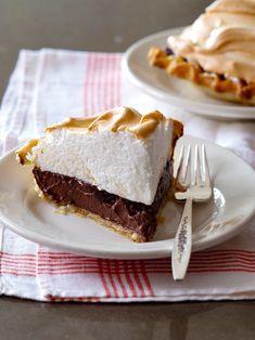 Classic Chocolate Meringue Pie Chocolate Meringue Pie, Chocolate Pies, Dessert Chocolate, Just Desserts, Delicious Desserts, Dessert Recipes, Cream Pie Recipes, Custard Recipes, Pie Tops