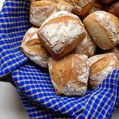 Wenn Frühstücksgäste kommen, aber natürlich auch für uns zum Sonntagsfrühstück, backe ich sehr gern die Brötchen selbst, damit sie knackig ...