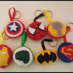 Chaveiro Super Heróis em feltro Diy Crafts For Gifts, Fun Crafts For Kids, Felt Crafts, Crafts To Sell, Felt Halloween Ornaments, Felt Ornaments, Fabric Christmas Trees, Felt Christmas Decorations, Felt Keychain