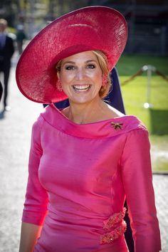 Máxima de Holanda llevó el vestido rojo fresa de Natan que ha utlizado en varias ocasiones y una pamela de la sombrerera belga Fabianne Delavigne, un look que lució en las celebraciones del último cumpleaños de su marido