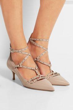 Die Absatzhöhe beträgt etwa 50 mm  Puderfarbenes Leder  Knöchelriemen mit Schnallenverschluss  Designerfarbe: Poudre