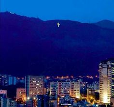 Como todos los primeros de diciembre se encendió la cruz del Avila. Un icono de Caracas que sobrevive!