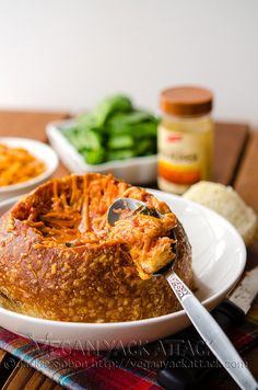 Tazón de pan con tomate, espinacas y queso asado (vegano) | 17 Hermosos tazones de pan para calentar tu alma