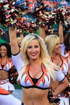 Yes I'd cheer for that ! Football Girls, Nfl Football, Bengals Cheerleaders, Girls Uniforms, Cincinnati Bengals, College Girls, Cheerleading, Race Cars, Babe