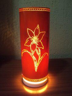 Luminária em tubo de pvc de 10cm de diâmetro com delicado desenho de lirio na cor branca ou Laranja.