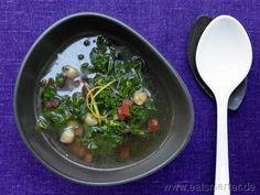 Klare Grünkohlsuppe mit Kichererbsen und Tomaten | Clear Kale Soup with Chickpeas & Tomatoes