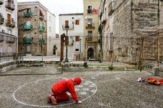 """Vestito rigorosamente di rosso, l'artista  Alessandro Bulgini è tornato nella sua città – dopo lunghi anni trascorsi a  Torino – per un intervento di arte relazionale che si svolge nei cortili  e nei vicoli della città vecchia. """"Ho intenzione di relaziona"""