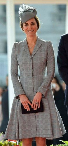 Kate Middleton Style: Kate opted for a tailored Alexander McQueen coat dress and accessories by Jenny Packham for her first appearance since announcing her second pregnancy. Moda Kate Middleton, Style Kate Middleton, Kate Middleton Pregnant, Kate Middleton Photos, Stylish Maternity, Maternity Fashion, Maternity Style, Pregnancy Style, Second Pregnancy