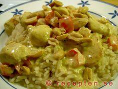 Currykyckling - Ett enkelt och gott recept med kyckling, creme fraiche, curry, paprika och bacon samt eventuellt jordnötter.