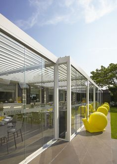 Algarve - Stylish terrace covering with a flat sun - and waterproof roof. The roof consists of aluminium blades that can be tilted to adjust sunprotection and ventilation as required. Discover more: www.renson-outdoor.com