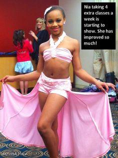 Nia Frazier in pink. Dance Moms Costumes, Dance Moms Dancers, Dance Moms Facts, Dance Moms Girls, Dance Outfits, Mackenzie Ziegler, Maddie Ziegler, Dance Moms Confessions, Brooke Hyland