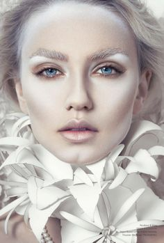 Looking for for ideas for your Halloween make-up? Check out the post right here for perfect Halloween makeup looks. Engel Make-up, Ice Queen Makeup, Ghost Makeup, Dead Makeup, Kreative Portraits, White Makeup, Sparkly Makeup, Glitter Makeup, Airbrush Makeup