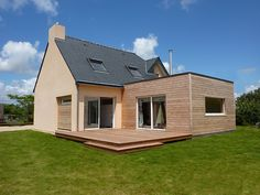 Plumergat Wood Extension 30 contemporary wood extension with roof terrace and interior fixtures, Bungalow Extensions, House Extensions, Dormer House, Roof Extension, Backyard House, Wood Cladding, Wood Pergola, Pergola Designs, Minimalist Home