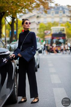 Giovanna Battaglia wears lace-up flats, black cropped trousers and a navy turtleneck with extra-wide sleeves. : Giovanna Battaglia wears lace-up flats, black cropped trousers and a navy turtleneck with extra-wide sleeves. Street Look, Street Chic, Street Style 2016, Looks Street Style, Paris Street, Daily Fashion, Fashion Mode, Fashion Editor, Look Fashion