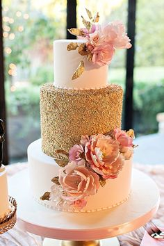 Gorgeous wedding cake with gold sequins and pink sugar flowers Beautiful Wedding Cakes, Gorgeous Cakes, Pretty Cakes, Amazing Cakes, Quince Cakes, Quinceanera Cakes, Wedding Cake Inspiration, Wedding Ideas, Trendy Wedding