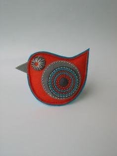 brož+ptáček-+oranžovotyrkysová+Brož+z+plsti+ve+tvaru+ptáčka,+zdobená+aplikací+s+ruční+výšivkou. Barevná+kombinace oranžové,+tyrkysové+a+šedé. Můžete+ji+použít+jako+brož+na+kabát,+bundu,+svetr,+nebo+s+ní+ozdobit kabelku,+batoh a+především+obdarovat+někoho+blízkého.+Rozměry:+cca 9+x+8+cm.+Na+zadní+straně+brožový+můstek.+Brož+je+velmi lehce+vyplněna+... Bird Crafts, Felt Crafts, Fabric Crafts, Felt Ornaments Patterns, Bird Ornaments, Christmas Sewing, Christmas Crafts, Embroidered Bird, Felt Christmas Decorations