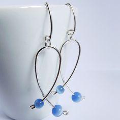 brincos em fio de prata e contas de olho de gato azuis