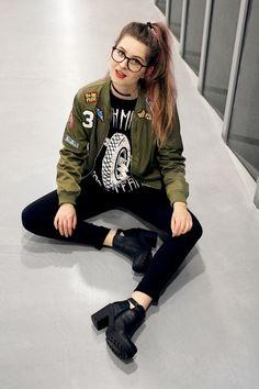 Look: bomber jacket, moletom, calça e bota.
