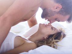 Morgensex kann ein erotischer Genuss sein! Mit diesen Tipps für schönen Morgensex startest du mit einem bombastischen Orgasmus in den Tag!
