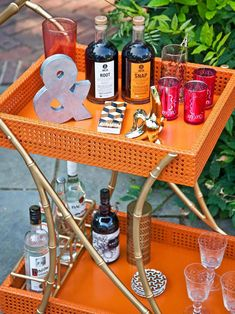 Bar Cart Ideas - There are some cool bar cart ideas which can be used to create a bar cart that suits your space. Having a bar cart offers lots of benefits. This bar cart can be used to turn your empty living room corner into the life of the party. Diy Bar Cart, Gold Bar Cart, Bar Cart Decor, Bar Carts, Bookshelf Bar, Diy Außenbar, Diy Outdoor Bar, Outdoor Ideas, Outdoor Living