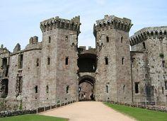 Castillo  Raglan en el condado de Monmouth al sureste de Gales. Estilo Tudor, Notre Dame, Barcelona Cathedral, Medieval, Louvre, Villa, Around The Worlds, London, Building