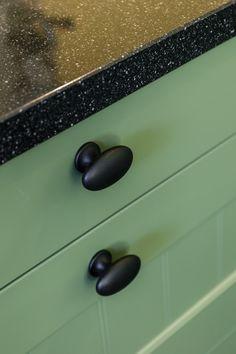 Zwarte knoppen in groene keuken. De deurknoppen zijn in de landelijke stijl. Bekijk meer foto's op onze website! #deurknop #keuken #landelijk #landelijkedeurknop #deurknoppen #zwart