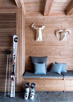 Le bois retrouve toute sa splendeur avec ce chalet entouré par la neige. Afin de rappeler les éléments naturels notamment le ciel, le chalet est habillé dans chacune de ses pièces de touches de bleu.