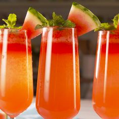Watermelon Mimosas Looking for a summer cocktail? This is the perfect one. It's especially great for brunch, but als Brunch Drinks, Fun Drinks, Healthy Drinks, Healthy Recipes, Alcoholic Drinks, Healthy Food, Beverages, Nutrition Drinks, Mixed Drinks