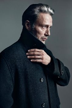 With cheekbones that could slice a finger and a steely glare to haunt your dreams, Mads Mikkelsen has been slowly cornering the market in Hollywood tough guys. The Dane is 6 feet of man… Mads Mikkelsen, Beautiful Men, Beautiful People, Baba Yaga, Hannibal Lecter, Hugh Dancy, Shooting Photo, Portraits, Look Fashion