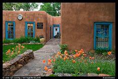 Vorgarten und Häuser im Pueblo-Stil. Taos, New Mexico, USA – Land of Enchantment – Kreativ New Mexico Style, Taos New Mexico, New Mexico Homes, New Mexico Usa, Mexico House, Pueblo House, Mud House, Village House Design, Adobe House