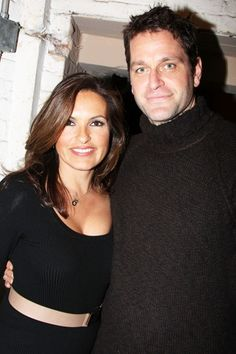 mariska looks so perfect here and peter looks kind of creepy but she looks perfect