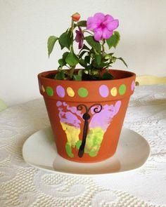 Blumentopf mit Schmetterling aus Fußabdruck