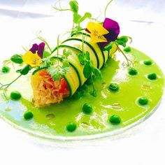 King crab in zucchini, with peas, easily replicated Gourmet Recipes, Cooking Recipes, Gourmet Desserts, Plated Desserts, Good Food, Yummy Food, Food Decoration, Zucchini, Food Plating