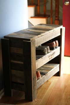 Pallet Shoe Rack | 101 Pallets Could make one layer high and use as a bench as well. Make a cushion for it.