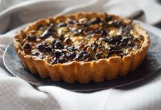 Suppilovahveropiirakka kreikkalaisella twistillä - Himahella Quiche Lorraine, Chili, Pie, Baking, Desserts, Food, Torte, Tailgate Desserts, Cake