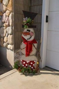 DIY Snowman.....too cute! Cassie we need to make some of this I have some wood
