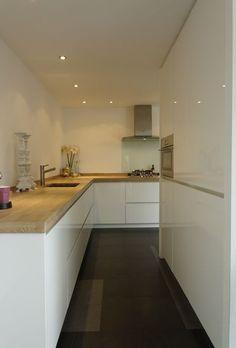 FIJRI-maatwerk-keuken-moderne-greeploze-hoogglans-keuken-houten-werkblad.jpg