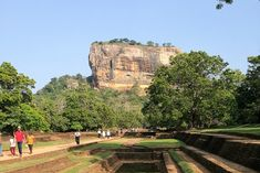 Dopo un'immersione nella bariera corallina di Pigeon Island vi porto sulla roccia di origine vulcanica di Sigiriya dove si racconta la meraviglia di un tempo passato   Tempo di lettura 4'   Attività   Sigiryia, Sri Lanka      Patrimonio dell'UNESCO Per chi visita lo Sri Lanka, Sigiriya è quasi una tappa obbligatoria proprio per la sua importanza